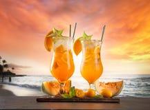 与迷离的夏天饮料在背景靠岸 库存照片