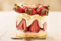 与迷离背景特写镜头的草莓蛋糕 免版税库存图片