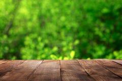 与迷离绿色的空的木桌离开bokeh背景 库存照片