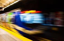 与退出驻地平台的地铁行动迷离的五颜六色的摘要 库存照片