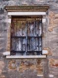 与退色的油漆的老木被关闭的窗口 图库摄影
