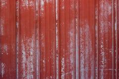 与退色的红色油漆的具沟和山脊生锈的金属表面 库存图片