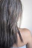与选择聚焦的白色易碎和损坏的头发后部 免版税库存照片