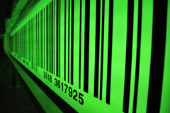 与选择聚焦的绿色条形码 库存图片
