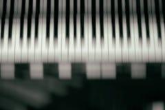 与选择聚焦的琴键背景 迷离键盘和音符 免版税库存照片