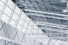 与透亮屋顶的内部金属框架结构 免版税库存图片