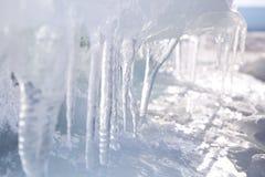与透明冰柱的冰 在贝加尔湖的冬时 免版税图库摄影