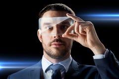 与透明智能手机的商人 库存照片