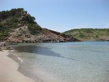 与透明水和白色沙子的孤立海滩 图库摄影