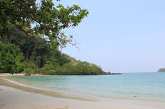 与透明的海洋的美丽的海滩 图库摄影