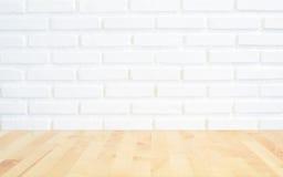 与透视光木头, slightl的白色砖墙背景 库存图片