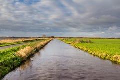 与透视线的荷兰平的风景 免版税库存照片