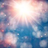 与透镜火光的光亮的太阳。与bokeh作用的软的背景。 免版税库存图片