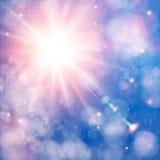 与透镜火光的光亮的太阳。与bokeh作用的软的背景。 免版税图库摄影