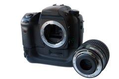 与透镜的数字式SLR照相机和在白色背景的垂直的电池夹子 免版税库存图片