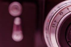 与透镜的片段老影片照相机 并且自定时器按钮 抽象背景同类的照片结构葡萄酒 定调子 免版税库存照片