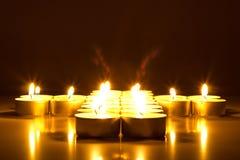 与透镜的蜡烛在一点心脏形状飘动  免版税库存图片