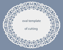 与透雕细工卵形边界,在蛋糕下的纸小垫布,切开的,婚姻的邀请,装饰板材模板的贺卡 免版税库存照片