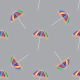 与逗人喜爱的五颜六色的伞的无缝的样式 图库摄影