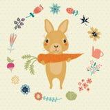 与逗人喜爱的兔宝宝、花和红萝卜的贺卡 免版税库存图片