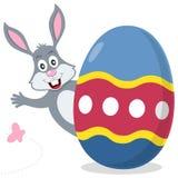 与逗人喜爱的兔宝宝的复活节彩蛋 库存图片