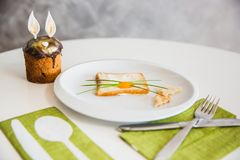 与逗人喜爱的兔宝宝的复活节早餐由在面包的鸡蛋制成 用兔宝宝耳朵装饰的复活节蛋糕-传统库里希,帕什卡复活节 免版税库存图片