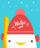 与逗人喜爱的公鸡的贺卡在帽子和雪板 滑雪雪体育运动跟踪冬天 免版税库存照片