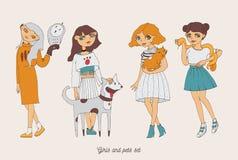 与逗人喜爱的宠物的手拉的女孩字符作为狗、猫、蛇和猫头鹰 与爱恋的所有者的家庭可爱的宠物 宠物和所有者是si 免版税库存照片