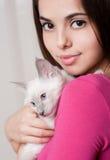 与逗人喜爱的小猫的深色的秀丽 库存图片