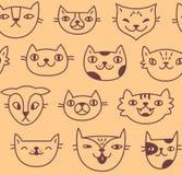 与逗人喜爱的手拉的猫面孔的无缝的样式在桃子颜色背景 库存照片