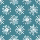 与逗人喜爱的手拉的雪花的无缝的样式 库存照片