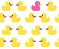 与逗人喜爱的明亮的黄色鸭子的无缝的传染媒介样式 库存图片
