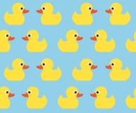 与逗人喜爱的明亮的黄色鸭子的无缝的传染媒介样式 E 库存照片