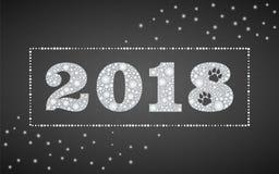 2018与逗人喜爱的狗爪子的新年标志打印,成珠状并且闪耀 免版税库存照片