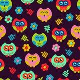 与逗人喜爱的猫头鹰和花的明亮的无缝的样式 免版税库存图片