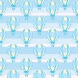 与逗人喜爱的蓝色热空气气球的无缝的样式在镶边背景,传染媒介动画片,适用于孩子墙纸和便条纸 库存照片