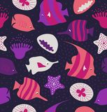 与逗人喜爱的鱼,水母的无缝的背景 海洋纹理 与海生物的样式 皇族释放例证