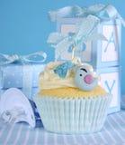 与逗人喜爱的鸟的蓝色题材男婴杯形蛋糕 免版税库存照片