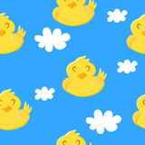 与逗人喜爱的鸭子和云彩的无缝的样式在蓝色背景 纺织品和包裹的装饰品 向量 免版税库存图片