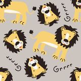 与逗人喜爱的黄色大狮子的无缝的样式 库存照片