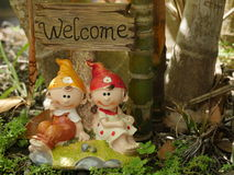 与逗人喜爱的黏土玩偶的可喜的迹象庭院和房子装饰的 免版税库存图片