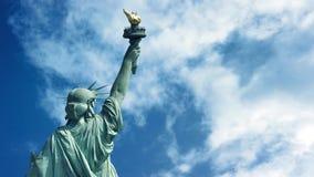 与通过云彩的自由女神像 库存例证