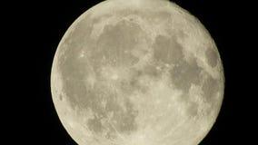 与通过在黑暗的夜空,时间间隔,多云,明亮的月亮盖用云彩,高度详细的录影的云彩的满月 股票录像
