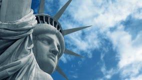 与通过天空的自由女神像 股票视频