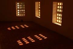 与通过太阳光的一个年迈的大厅视图在Manora堡垒的窗口里 免版税库存图片