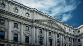 与通过的云彩的大古典大厦  影视素材