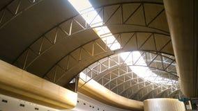 与通过通过的阳光的天花板建筑学 库存图片