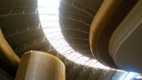 与通过通过的阳光的天花板建筑学 免版税库存图片