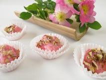 与通配玫瑰色花的肥皂果仁糖 库存照片