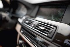 与通风系统孔和空调特写镜头的汽车内部  自动的空调的概念墙纸 免版税库存照片